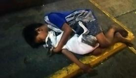 ფოტოები, რომლებმაც ინტერნეტ სივრცე ააღელვა: ბავშვს თავის ოთხფეხა მეგობართან ერთად ჩახუტებულს ქუჩაში სძინავს