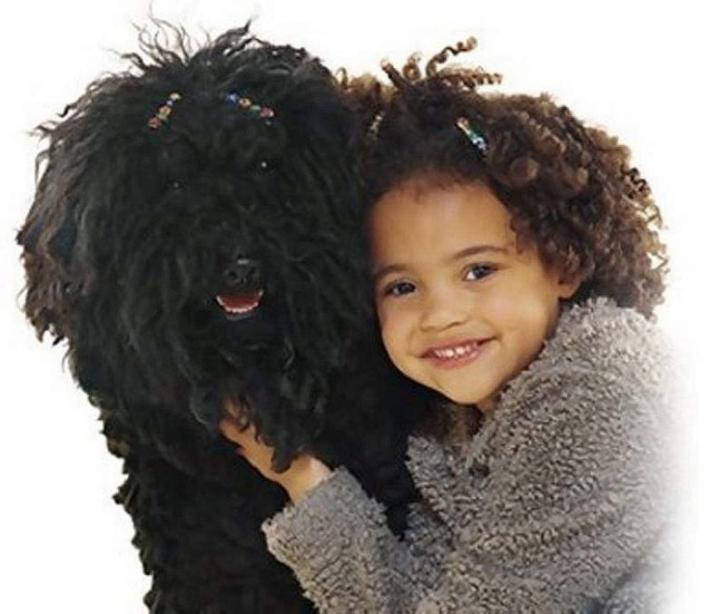 საოცარი მსგავსება: ბავშვები, რომლებიც თავიანთ შინაურ ცხოველებს გვანან (15 ფოტო)