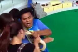 პითონმა ტურისტს, რომელმაც სცადა მისთვის ეკოცნა, ცხვირზე უკბინა (+ვიდეო)