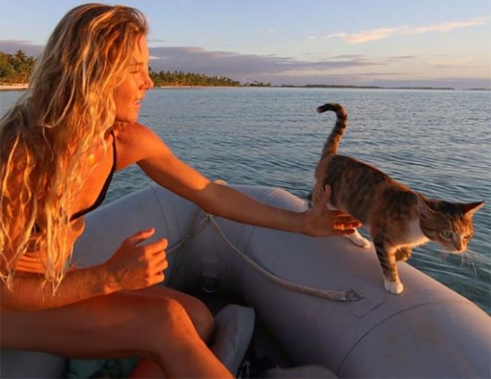 გოგონა ქუჩიდან აყვანილ კატასთან ერთად დედამიწის გარშემო მოგზაურობს (+ფოტო)