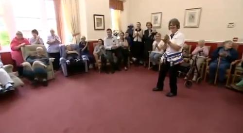 მოხუცებულთა თავშესაფრის სასიამოვნო სტუმარი (+ვიდეო)