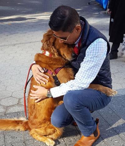 """უსაყვარლესი ძაღლი, რომელიც ქუჩაში უცხო ადამიანებს ჩახუტებით """"უმასპინძლდება"""""""