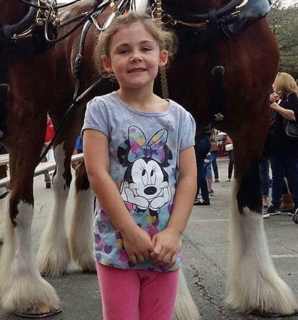 ერთი შეხედვით, ეს პატარა გოგონას ჩვეულებრივი ფოტოა. მაგრამ დაიცადეთ, სანამ კამერას ზემოთ ასწევენ…